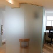 Glastrennwand mit Klemmprofil l Glas 8 mm ESG satiniert