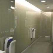 Wandverglasung 1 l ToilettenanlagenHauptbahnhof Zug l Glas 8 mm ESG l Farbe NCS