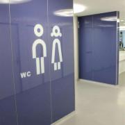 Wandverglasung Bahnhof Winterthur l Piktogramme keramischer Siebdruck l Glas 8 mm ESG-1
