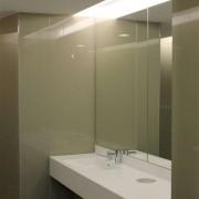 Wandverglasung und Speigel wand 1 l ToilettenanlagenHauptbahnhof Zug l Glas 8 mm ESG l Farbe NCS