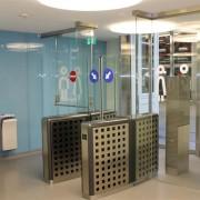 Glastrennwand mit Paniktur l Bahnhof Winterhur
