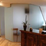 Glastrenwand mit Pendeltur und Bodenschliesser l Glas 8 mm ESG satiniert